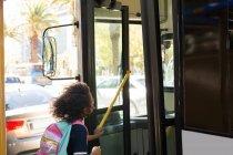Дівчинка-підліток автобус на вулиці інтернат — стокове фото