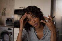 Donna che parla sul cellulare a casa — Foto stock