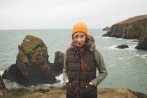 Porträt einer schönen Wanderin, die am Meer steht — Stockfoto