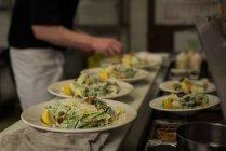 Мужчины шеф-повара кухни в ресторане кухня — стоковое фото