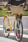 Basso tratto di donna con attraversamento in bicicletta — Foto stock