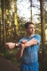 Молодой человек, растянувшийся в лесу — стоковое фото