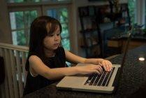 Entzückendes Mädchen mit Laptop zu Hause — Stockfoto