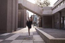 Beautiful woman performing ballet in the city — Stock Photo