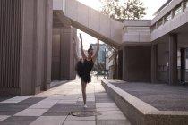 Belle femme jouant du ballet dans la ville — Photo de stock