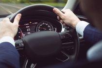 Бізнесмен водіння сучасного автомобіля — стокове фото