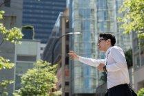 Jeune homme héler un taxi dans la rue — Photo de stock