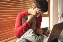 Close-up mãe e filho sentado com um laptop em casa — Fotografia de Stock
