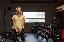 Behinderte Frau, die auf Computer im Fitness-Studio trainieren — Stockfoto