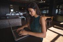 Красиві підприємець, використовуючи ноутбук в кафетерії office — стокове фото