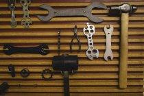 Різні роботи обладнання, що висить на дерев'яні стіни — стокове фото
