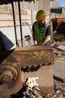 Trabalhador de trabalho em ferro-velho em um dia ensolarado — Fotografia de Stock