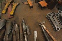 Vista de alto ângulo de várias ferramentas de trabalho na bancada — Fotografia de Stock