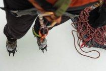 Primo piano dell'arrampicatore femminile che indossa un'imbracatura durante l'inverno — Foto stock