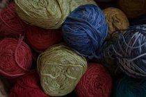 Nahaufnahme der verschiedenen Ball von Threads im shop — Stockfoto