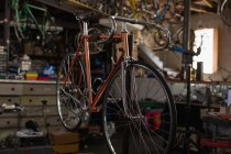 Course cycliste suspendu dans l'atelier — Photo de stock