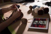 Gros plan de femme tricot de laine à l'atelier de couture — Photo de stock