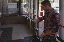 Вид збоку чоловік дивиться на smartwatch — стокове фото
