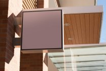 Scheda di pubblicità in bianco di angolo basso vicino a street in una giornata di sole — Foto stock
