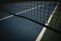 Крупный план сетки в теннисном корте на рассвете — стоковое фото