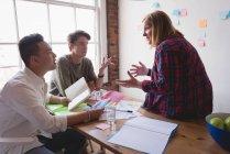 Executive che si riunisce nella sala conferenze dell'ufficio creativo — Foto stock