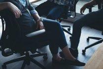 Деловые коллеги, взаимодействующие друг с другом на встрече в офисе — стоковое фото