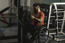 Uomo andicappato regolazione barbell in ginnastica — Foto stock