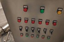 Máquina en la fábrica los botones rojos, verdes y amarillo - foto de stock