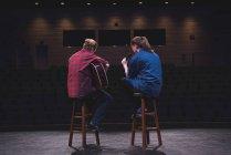 Sänger und Musiker auf der Bühne des Theaters. — Stockfoto