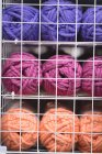 Sfera multicolore di filato mantenuto sulla mensola in sartoria — Foto stock