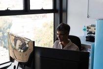 Зрілі підприємець, що працюють на комп'ютері в офісі — стокове фото