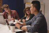 Dirigenti che hanno un incontro in un ufficio creativo — Foto stock