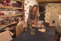 Жіночий Поттер лиття глини в домашніх умовах — стокове фото