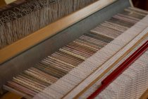 Закри машина з шовкової нитки на заводі — стокове фото
