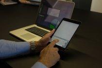 Empresario usando tableta digital en sala de conferencias en casa - foto de stock