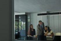 Бизнес-коллег обсуждения документов в офисе — стоковое фото