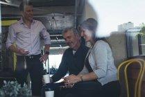 Колегами по бізнесу, які взаємодіють один з одним на зустрічі в офісі — стокове фото