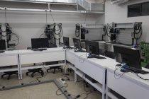 Різні комп'ютери на столі в офісі сонячної станції — стокове фото