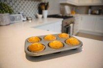 Close-up di muffin in teglia a casa — Foto stock