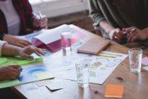 Руководители обсуждают друг с другом в креативном кабинете — стоковое фото