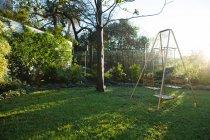 Svuoti l'oscillazione in giardino in una giornata di sole — Foto stock