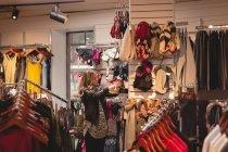 Menina bonita compras no shopping — Fotografia de Stock