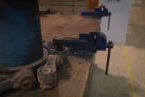 Schraubwerkzeug auf Holztisch an Solarstation — Stockfoto