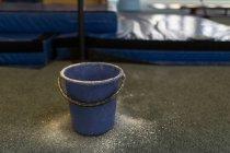 Vue proche du godet au studio de remise en forme — Photo de stock