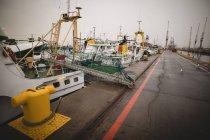 Cargos amarrés dans les arsenaux maritimes au crépuscule — Photo de stock