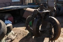 Rusty partie de la machine dans la casse par une journée ensoleillée — Photo de stock