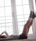 Donna premurosa rilassante vicino alla finestra a casa — Foto stock