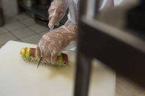 Крупным планом старший шеф-повар готовит суши в ресторане кухня — стоковое фото