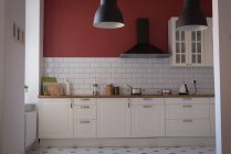 Интерьер дома современной кухни — стоковое фото