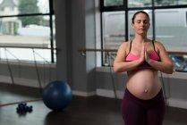 Беременная женщина, занимающаяся йогой — стоковое фото